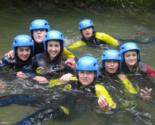 Grupos familiares en K2 Aventura practicando Barranquismo