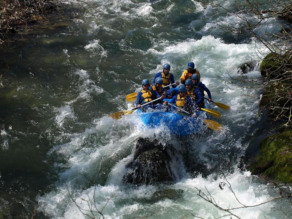 Practicando rafting en los ríos de Asturias